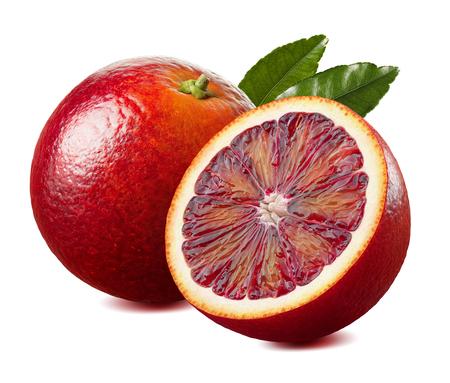Rode bloedsinaasappel en half met blad op witte achtergrond als element dat van het pakketontwerp wordt geïsoleerd Stockfoto