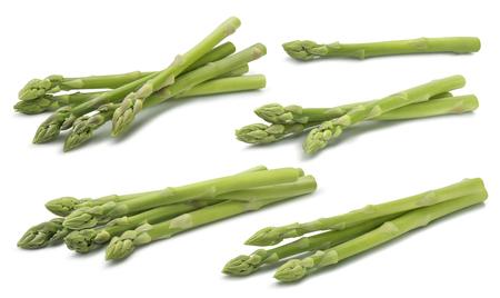 白い背景に分離された緑の生のアスパラガスセット2