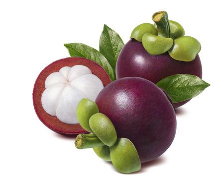 Tropisch fruit. Mangostan met groene bladeren die op witte achtergrond voor pakketontwerp worden geïsoleerd