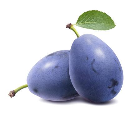 Prunes bleues isolées sur fond blanc.