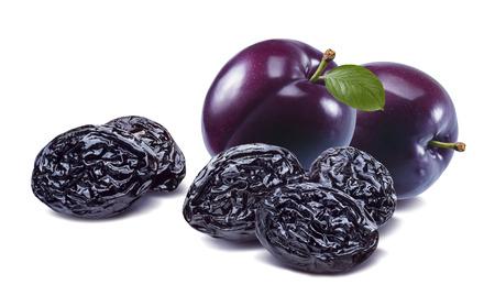 Prunes fraîches et séchées violettes isolées sur fond blanc.
