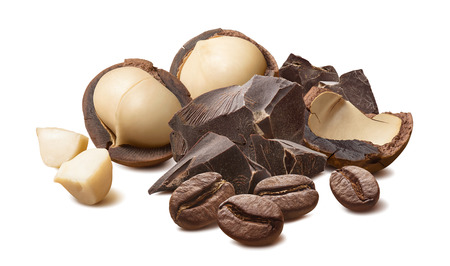 Macadamianüsse, Schokolade und Kaffeebohnen isoliert auf weiß Standard-Bild