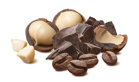 Nueces de macadamia, chocolate y granos de café aislados en blanco Foto de archivo
