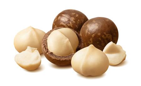 Noci di macadamia sbucciate. Composizione orizzontale isolata su bianco