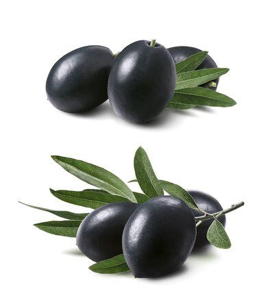Zestaw grup czarnych oliwek na białym tle