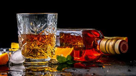 Bevanda d'elite per il relax maschile Due bicchieri di whisky, rum e ghiaccio su sfondo nero, copia spazio. bevanda di lusso di concetto. Archivio Fotografico