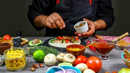 chef cocinando tacos mexicanos. Cocine preparando un delicioso taco mexicano en la cocina. Sabrosa cocina mexicana. receta de cocina de concepto.