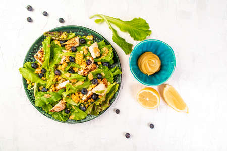 Diet menu. Healthy Green salad with berries and corn. Keto paleo lunch. Top view, overhead. Banque d'images
