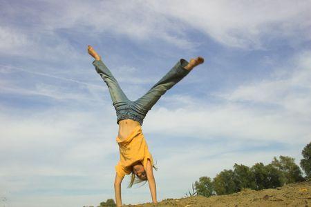 salto fille sur la plage d'automne Banque d'images