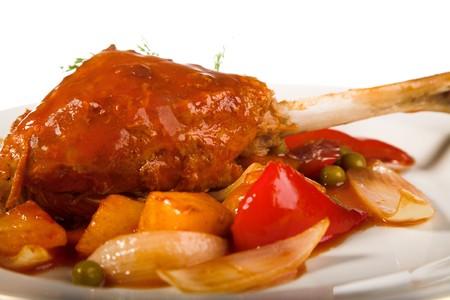 turkey hen: gallina de pavo con patatas en el plato blanco