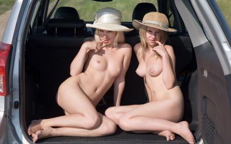naked woman back: zwei junge nackte M�dchen sitzen im Auto Lizenzfreie Bilder