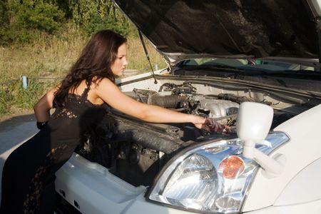chica joven de belleza intentan repear coche grande Foto de archivo - 5130404