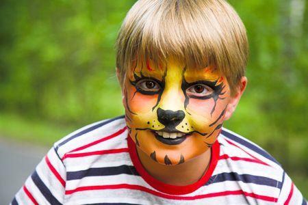 maquillaje de fantasia: ni�o feliz j�venes en el tigre de maquillaje