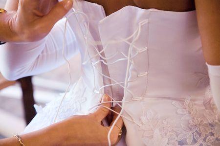 vistiendose: parte posterior de la novia en su vestido de boda