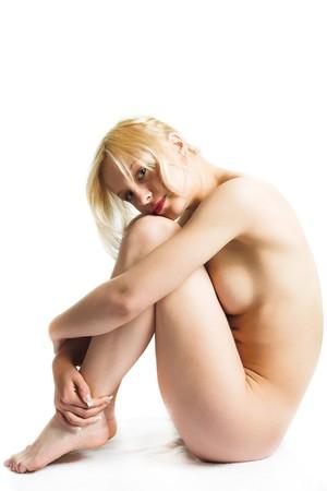 mujer desnuda sentada: chica de la joven belleza aislada sobre fondo blanco