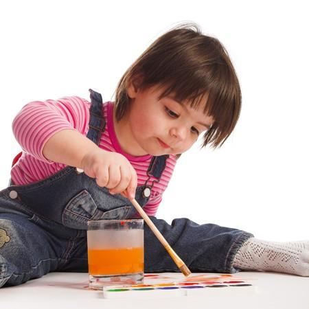 nourrisson: Jeune fille peint le livre blanc sur fond blanc