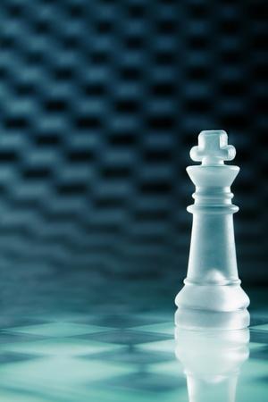 tablero de ajedrez: Reina de ajedrez de cristal transparente en el tablero de ajedrez