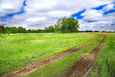 ancienne route rurale et nuageux ciel bleu