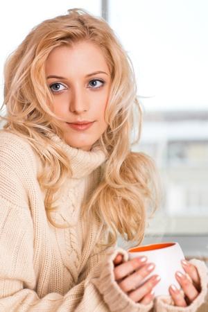 fille pull: fille de beaut� avec coupe dans sa main Banque d'images