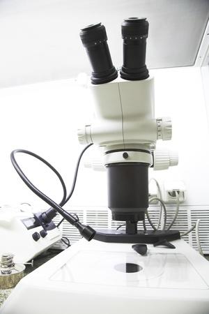 microscopio moderno en el laboratorio de biología molecular Foto de archivo - 9660460