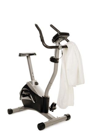 máquina de gimnasio bicicleta aislado en blanco