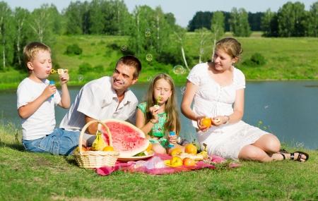 familia picnic: familia descansando en el lago