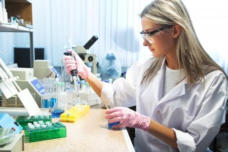 cientificos: mujer hermosa que trabaja en laboratorio moderno Foto de archivo