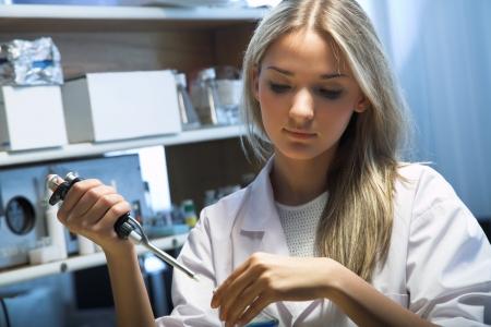 pipeta: cient�fico que hace prueba de ADN en el laboratorio moderno