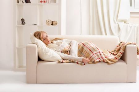 buonanotte: bellezza ragazza dorme sul divano Archivio Fotografico