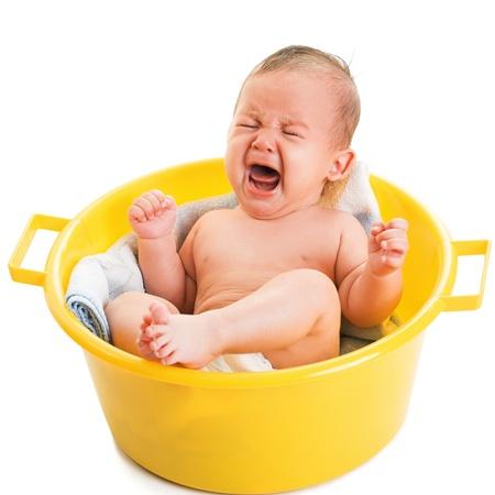baby huilen: huilende jongen op wit wordt geïsoleerd