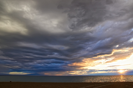 Thunderclouds over the lake at sunset. Mongolia, Durgen Nuur Stockfoto