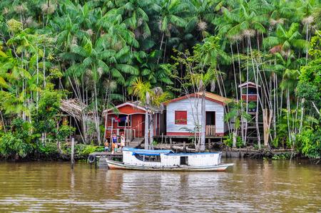 rio amazonas: Inundado cabañas locales como se ve desde el barco en el río Amazonas en Brasil. Foto de archivo