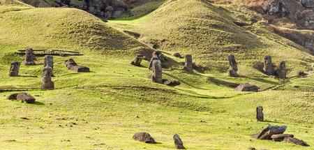 moai: Moai statues in the Rano Raraku Volcano in Easter Island, Chile Foto de archivo