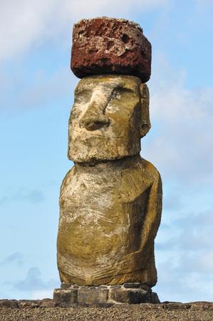 moai: Moais en el sitio de Ahu Tongariki en la isla de Pascua, Chile Foto de archivo
