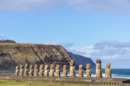 moai: Las 15 estatuas moai en el sitio de Ahu Tongariki en la isla de Pascua, Chile