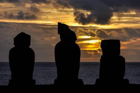 moai: Puesta de sol en el sitio moais de Ahu Tahai en la Isla de Pascua, Chile Foto de archivo