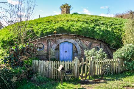 Hobbit House dans le Seigneur des Anneaux l'emplacement Hobbiton, Matamata, Nouvelle-Zélande Banque d'images - 56054581