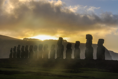 moai: Sunsrise en el sitio moais de Ahu Tongariki en la costa de la isla de Pascua, Chile Foto de archivo