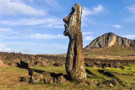 moai: Pie de la estatua moai solitario cerca del sitio Tongariki Ahu en la costa de la isla de Pascua, Chile Foto de archivo