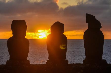 moai: ruinas de la estatua moai en Vaihu sitio, en la costa de la isla de Pascua, Chile