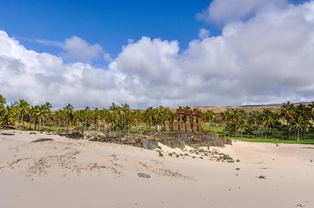 moai: Moais de pie en la playa de Anakena en Isla de Pascua, Chile