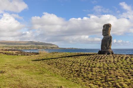 moai: estatua moai solitario en el sitio Ahu Tahai en la Isla de Pascua, Chile