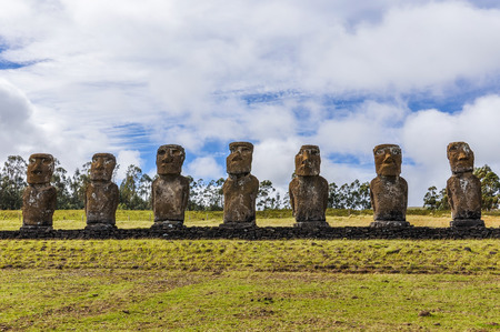 moai: Ahu Akivi site, the only moai statues facing towards the sea in Easter Island, Chile Foto de archivo