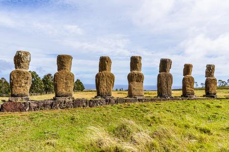 Ahu Akivi sitio, las únicas estatuas moai mirando hacia el mar en la Isla de Pascua, Chile Foto de archivo