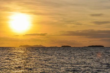 bounty: Los colores intensos al atardecer en Bounty Island en Fiji Foto de archivo