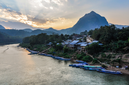 Colorful sunset on the Nam Ou River in Nong Khiaw, Laos 版權商用圖片