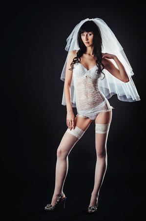 Sexy Hermosa Mujer Desnuda Con Velo En Ropa Interior Erótica Blanca Sobre Un Fondo Negro Belleza Desnuda Retrato De La Novia