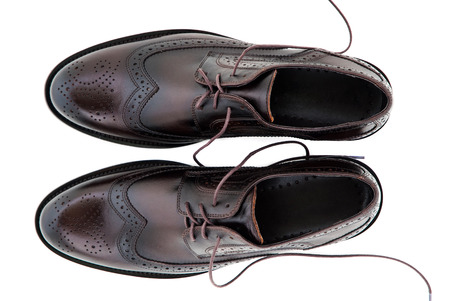 zapato: Hombres clásicos zapatos de cuero aislados sobre fondo blanco Foto de archivo