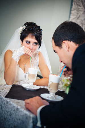 to wed: Recentemente wed cappuccino coppia, bere del caff�