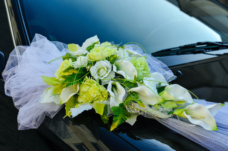 Romantic Wedding Decoration Flower on Wedding Car in Black and White. Standard-Bild